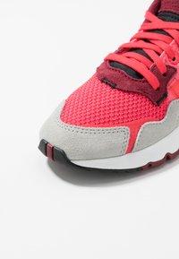 adidas Originals - NITE JOGGER - Joggesko - shock red/grey two - 2