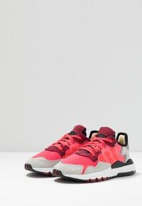 adidas Originals - NITE JOGGER - Joggesko - shock red/grey two - 3