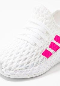 adidas Originals - DEERUPT RUNNER  - Sneakersy niskie - footwear white/shock pink/core black - 2
