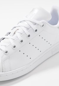 adidas Originals - STAN SMITH - Sneaker low - footwear white/core black - 5