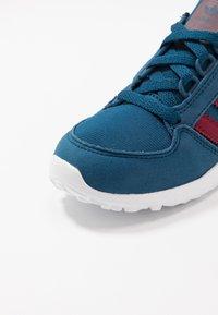 adidas Originals - FOREST GROVE - Joggesko - legend marine/collegiate burgundy - 5