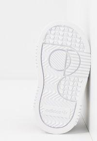 adidas Originals - SUPERCOURT CF - Sneakers laag - core black/footwear white - 5