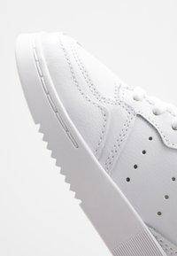 adidas Originals - SUPERCOURT - Tenisky - footwear white/core black - 2