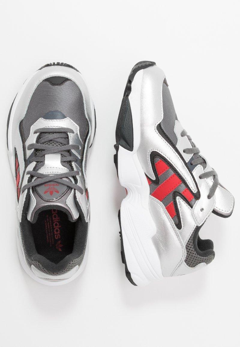 adidas Originals - YUNG-96 CHASM - Baskets basses - grey four/scarlet/silver metallic