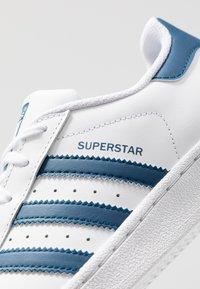 adidas Originals - SUPERSTAR - Sneakers laag - footwear white/legend marine - 2