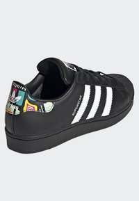 adidas Originals - SUPERSTAR SHOES - Sneaker low - black - 3