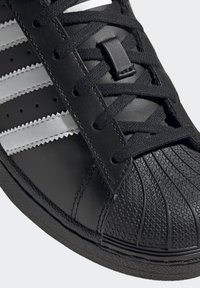 adidas Originals - SUPERSTAR SHOES - Sneaker low - black - 8