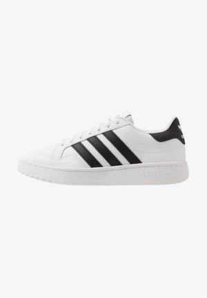 TEAM COURT  - Sneakersy niskie - footwear white/core black