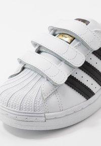 adidas Originals - SUPERSTAR - Sneakers laag - footwear white/core black - 2