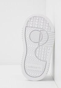adidas Originals - SUPERCOURT - Zapatillas - footwear white/core black - 5