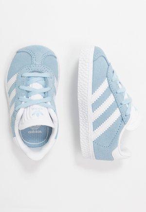 GAZELLE - Trainers - clear sky/footwear white/gold metallic