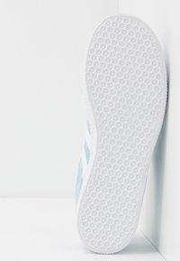 adidas Originals - GAZELLE - Baskets basses - clear sky/footwear white/gold metallic - 5