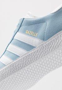 adidas Originals - GAZELLE - Baskets basses - clear sky/footwear white/gold metallic - 2
