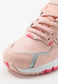 adidas Originals - NITE JOGGER - Instappers - vapor pink/silver metallic/real pink - 2