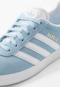 adidas Originals - GAZELLE - Trainers - clear sky/footwear white/gold metallic - 2