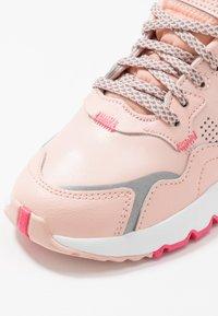 adidas Originals - NITE JOGGER  - Sneakers laag - vapour pink/silver metallic/real pink - 5