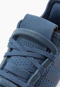 adidas Originals - U_PATH RUN - Sneakers laag - night marine/footwear white - 2