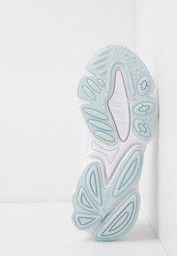 adidas Originals - OZWEEGO - Trainers - footwear white/skytin - 5