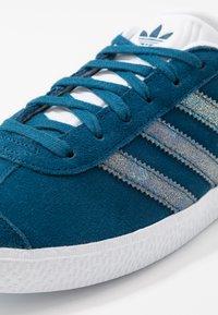 adidas Originals - GAZELLE - Joggesko - legend marine/footwear white - 2