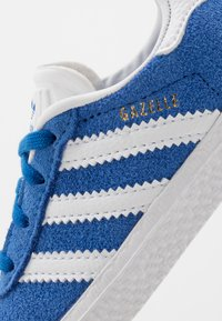 adidas Originals - GAZELLE - Trainers - blue/footwear white/gold metallic - 2