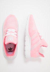 adidas Originals - SWIFT RUN - Sneakersy niskie - shock red/white - 0