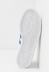 adidas Originals - SUPERSTAR - Sneakers laag - footwear white/royal blue - 4