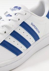 adidas Originals - SUPERSTAR - Sneakers laag - footwear white/royal blue - 5