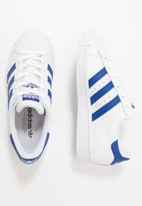 adidas Originals - SUPERSTAR - Sneakers laag - footwear white/royal blue - 0