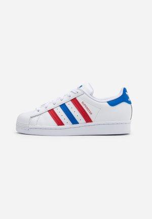 SUPERSTAR SPORTS INSPIRED SHOES - Zapatillas - footwear white/blue/scarlet