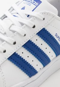 adidas Originals - SUPERSTAR  - Sneakers laag - footwear white/royal blue - 5