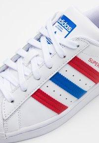 adidas Originals - SUPERSTAR  - Zapatillas - footwear white/blue/scarlet - 5
