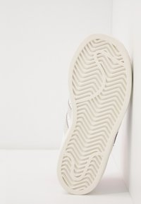 adidas Originals - 2020-04-22 SUPERSTAR GIRLS ARE AWESOME SHOES - Sneakers laag - white - 5