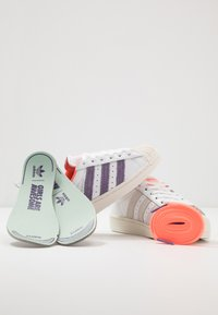 adidas Originals - 2020-04-22 SUPERSTAR GIRLS ARE AWESOME SHOES - Sneakers laag - white - 6