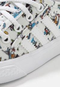 adidas Originals - NIZZA DISNEY SPORT GOOFY - Sneakers laag - footwear white/scarle/core black - 2