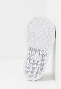 adidas Originals - NIZZA DISNEY SPORT GOOFY - Sneakers laag - footwear white/scarle/core black - 5