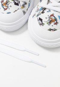 adidas Originals - NIZZA DISNEY SPORT GOOFY - Sneakers laag - footwear white/scarle/core black - 6