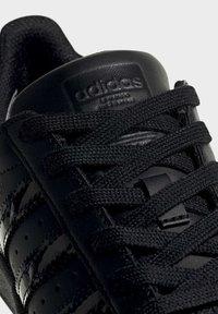 adidas Originals - SUPERSTAR SHOES - Sneaker low - black - 7
