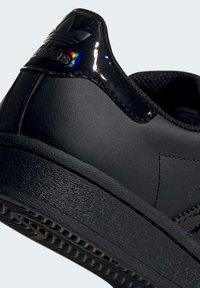 adidas Originals - SUPERSTAR SHOES - Sneaker low - black - 8