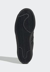 adidas Originals - SUPERSTAR SHOES - Sneaker low - black - 4