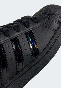 adidas Originals - SUPERSTAR SHOES - Sneaker low - black - 6