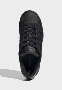 adidas Originals - SUPERSTAR SHOES - Sneaker low - black - 1