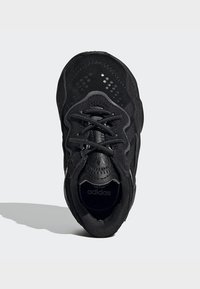 adidas Originals - OZWEEGO SHOES - Baskets basses - black - 1