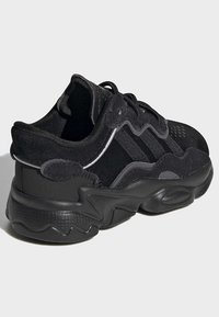 adidas Originals - OZWEEGO SHOES - Baskets basses - black - 3