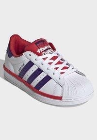 adidas Originals - SUPERSTAR SHOES - Trainers - white - 2