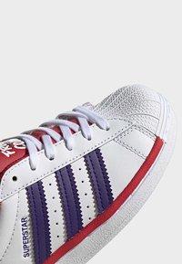 adidas Originals - SUPERSTAR SHOES - Trainers - white - 6