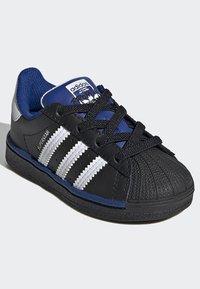 adidas Originals - SUPERSTAR SHOES - Sneakers laag - black - 2