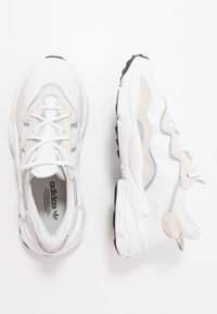 adidas Originals - OZWEEGO - Sneakers laag - footwear white/core black - 0
