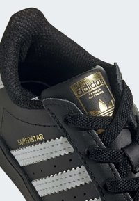 adidas Originals - SUPERSTAR SHOES - Sneakersy niskie - black - 7
