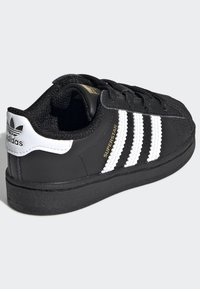 adidas Originals - SUPERSTAR SHOES - Sneakersy niskie - black - 3