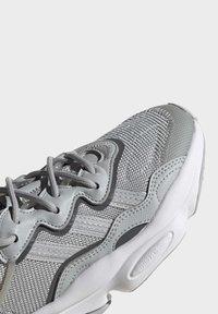 adidas Originals - OZWEEGO SHOES - Sneaker low - grey - 6